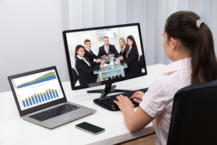 Businesswoman Videoconferencing On Computersの写真素材 [FYI00770872]