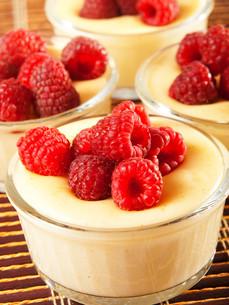 Vanilla cream with raspberriesの写真素材 [FYI00771067]
