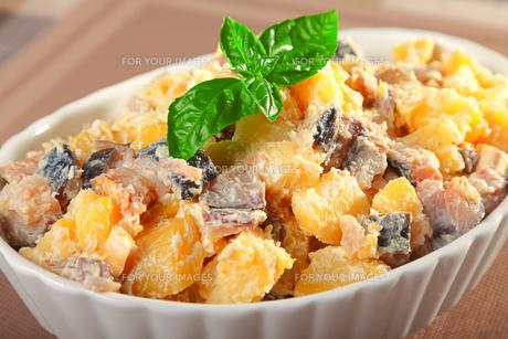 Potato salad with marinated fishの写真素材 [FYI00771107]