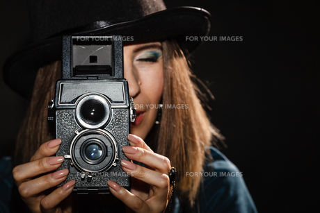 retro woman with old camera. steampunk.の素材 [FYI00771148]