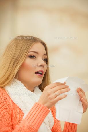 sick ill woman in autumn park sneezing in tissue.の素材 [FYI00771154]