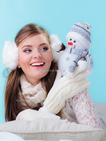 woman in warm clothes holding toy snowman.の写真素材 [FYI00771180]