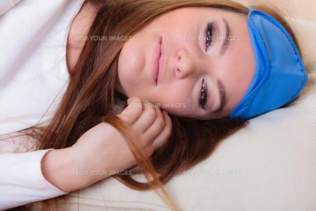 girl sleeping in bandage for eyesの素材 [FYI00771201]