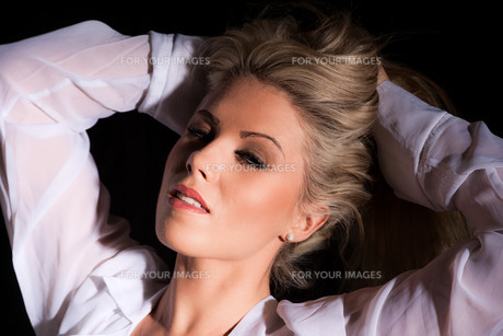 attractive woman in shirtの写真素材 [FYI00771271]