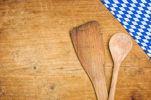 wooden spoon with a bavarian tableclothの写真素材 [FYI00771364]