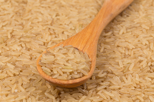 Uncooked Brown rice backgroundの写真素材 [FYI00771428]