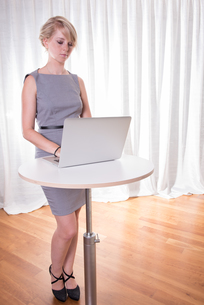 Portrait attractive young business woman with laptopの写真素材 [FYI00771462]