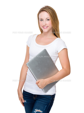 Caucasian Woman hold with laptopの写真素材 [FYI00771513]