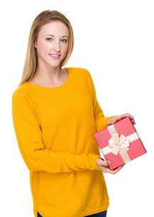 Caucasian woman show with giftboxの写真素材 [FYI00771552]