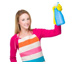 Housewife using the bottle sprayの写真素材 [FYI00771558]