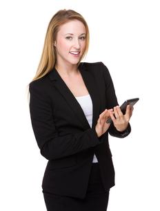 Caucasian Businesswoman use of the smartphoneの写真素材 [FYI00771565]