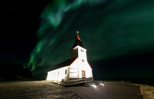 Vik Church Aurora Icelandの写真素材 [FYI00771636]