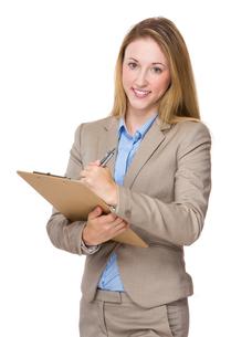 Caucasian businesswoman take note on clipboardの写真素材 [FYI00771638]