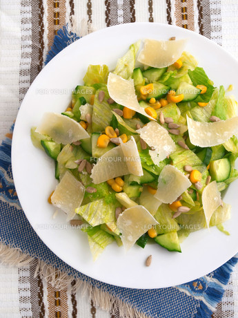 Salad with cucumber, sweetcorn and parmesan cheese,Salad with cucumber, sweetcorn and parmesan cheese,Salad with cucumber, sweetcorn and parmesan cheese,Salad with cucumber, sweetcorn and parmesan cheeseの素材 [FYI00771711]