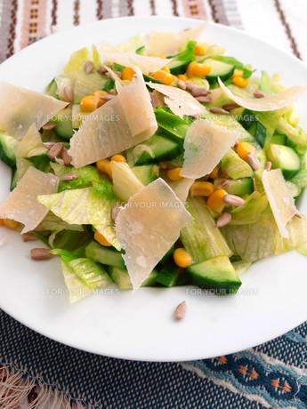 Salad with cucumber, sweetcorn and parmesan cheese,Salad with cucumber, sweetcorn and parmesan cheese,Salad with cucumber, sweetcorn and parmesan cheese,Salad with cucumber, sweetcorn and parmesan cheeseの素材 [FYI00771721]
