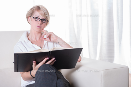 Portrait young business woman with glasses readingの写真素材 [FYI00771801]