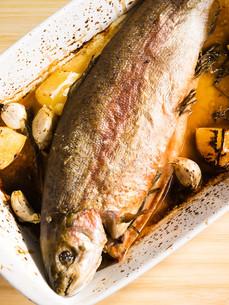 Baked trout with garlic,Baked trout with garlic,Baked trout with garlic,Baked trout with garlicの写真素材 [FYI00771804]