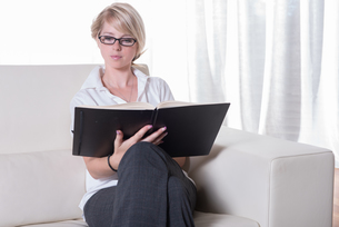 Portrait young business woman with glasses readingの写真素材 [FYI00771808]