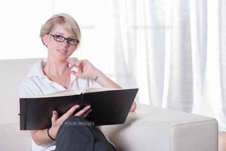 Portrait young business woman with glasses readingの写真素材 [FYI00771811]