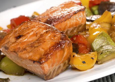 Salmon Teriyaki over vegetables,Salmon Teriyaki over vegetables,Salmon Teriyaki over vegetables,Salmon Teriyaki over vegetablesの写真素材 [FYI00771827]
