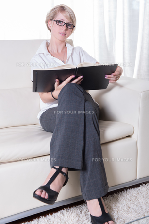 Portrait young business woman with glasses readingの写真素材 [FYI00771840]