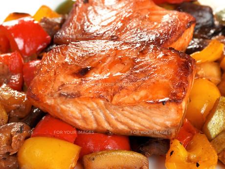 Salmon Teriyaki over vegetables,Salmon Teriyaki over vegetables,Salmon Teriyaki over vegetables,Salmon Teriyaki over vegetablesの写真素材 [FYI00771841]