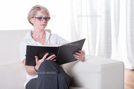 Portrait young business woman with glasses readingの写真素材 [FYI00771866]