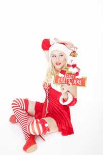 Attractive blonde Christmas girl with Christmas decorationの写真素材 [FYI00771972]
