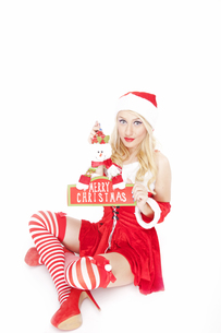 Gorgeous Christmas girl with Christmas decorationの写真素材 [FYI00771976]