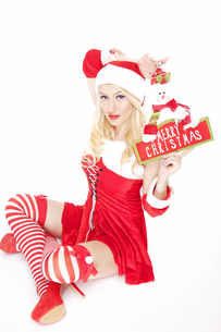 Sexy blonde Christmas girl with Christmas decorationの写真素材 [FYI00771979]