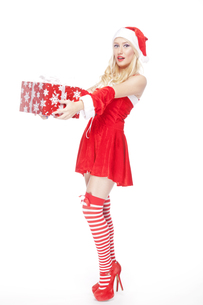 Sexy blonde Christmas girl with presentの写真素材 [FYI00771986]