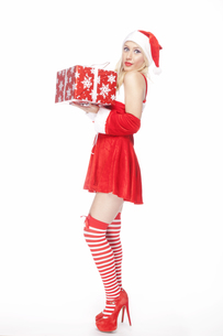 Attractive blonde Christmas girl with presentの写真素材 [FYI00771988]