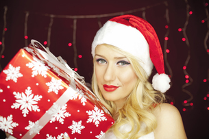 Beautiful Christmas girl with presentの写真素材 [FYI00772000]