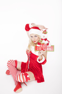 Attractive Christmas girl with Christmas decorationの写真素材 [FYI00772005]