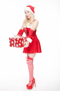 Attractive Christmas girl with presentの写真素材 [FYI00772006]