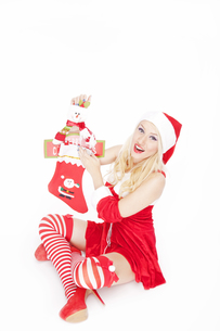 Sexy blonde Christmas girl with Christmas stocking and decorationの写真素材 [FYI00772007]