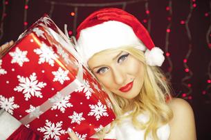 Christmas girl with presentの写真素材 [FYI00772009]