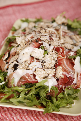 Delicious chicken with bacon and lettuceの写真素材 [FYI00772015]