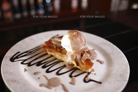 Tasty dessert with apple pie, vanilla ice cream, chocolate sauce and cinnamon.の写真素材 [FYI00772031]