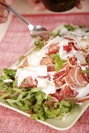 Delicious chicken with bacon and lettuceの写真素材 [FYI00772032]