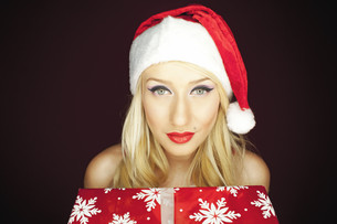 Blonde Christmas girl with presentの写真素材 [FYI00772033]
