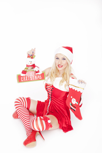 Attractive Christmas girl with Christmas stocking and decorationの写真素材 [FYI00772035]