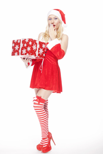 Gorgeous Christmas girl with presentの写真素材 [FYI00772038]