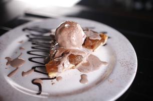 Tasty dessert with apple pie, vanilla ice cream, chocolate sauce and cinnamon.の写真素材 [FYI00772040]