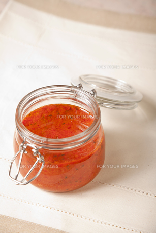 Spicy tomato sauce in a jar with no topの写真素材 [FYI00772085]