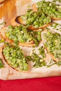 Tasty bruschetta with green vegetablesの写真素材 [FYI00772094]