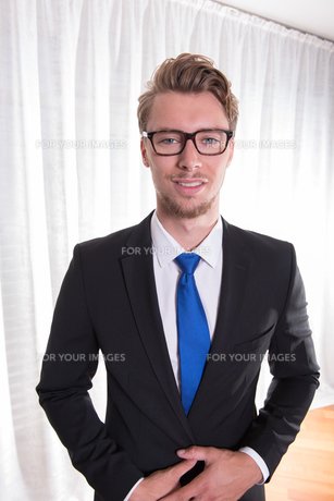 Portrait young business man in suit and tieの素材 [FYI00772121]