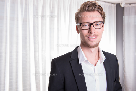 Portrait young business man in suit with glassesの素材 [FYI00772135]