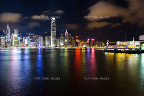 Hong Kong skyline at nightの素材 [FYI00772307]