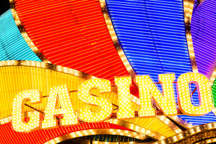 Neon casino sign lit up at nightの写真素材 [FYI00772323]